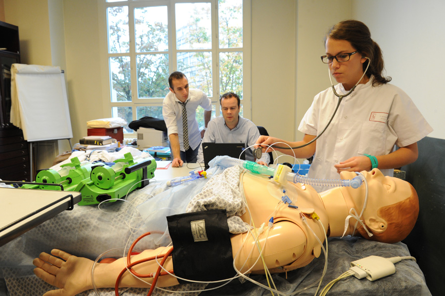 Travaux pratiques à l'école de chirurgie © Eric Le Roux
